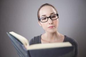 Mujer leyendo un libro científico